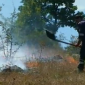 Огнеборец гаси лумналите треви